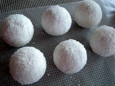 Snowballs for Frozen party. So easy, use styrofoam balls, Epsom Salt, Glitter and Mod Podge. Could make a variety of sizes. Frozen Christmas, Christmas Time, Christmas Crafts, Christmas Decorations, Christmas Goodies, White Christmas, Christmas Lights, Christmas Ideas, Christmas Ornaments