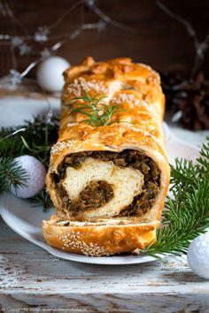 Kulebiak Kulebiak - traditional Polish sour cabbage and wild mushrooms stuffed bread (in Polish) Pie Recipes, Baking Recipes, Dinner Recipes, Stuffed Mushrooms, Stuffed Peppers, Wild Mushrooms, Sour Cabbage, Pastry Shells, Holiday Dinner
