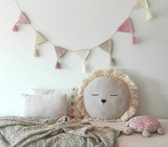 Ila y Ela is a lovely discovery. Crochet Bunting, Crochet Garland, Crochet Decoration, Crochet Home Decor, Love Crochet, Crochet For Kids, Crochet Crafts, Crochet Baby, Crochet Projects