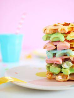 Diese schnell gemachten Waffeln in Regenbogenfarben sind DER Hingucker auf jedem Kindergeburtstag! Sie sind lecker und gelingen immer! Mit Video und Schritt für Schritt Anleitung  #regenbogen #waffeln #kindergeburtstag #rezept Snacks Für Party, Waffles, Breakfast, Birthday, Bunt, Kids, Rainbow Waffles, Kuchen, Waffle