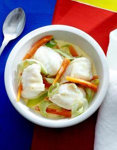 Recette Bourride de lotte : Faites dorer dans 1 c. à soupe d'huile d'olive 1 oignon et 1 carotte émincés. Ajoutez 5 cl de vin blanc, le zeste de 1/2 oran...