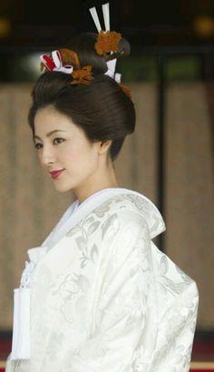 Unbelievable Wedding Beauty Looks Around the Globe Hanayome, Japanese Bride in Shiromuku, White Uchikake kimono. Wedding Kimono, Japanese Wedding, Japanese Beauty, White Wedding Dresses, Wedding Beauty, Kimono Fashion, Beautiful Bride, Bridal Style, Wedding Events