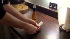 Cómo abrir una botella de cervesa con una hoja de papel