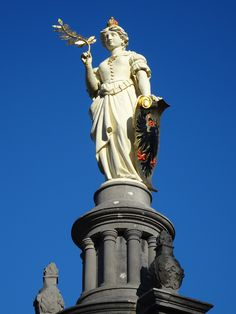 Deventer - De Brink - Wilhelminafontein - detail. Het monument werd in 1898 onthuld ter gelegenheid van de inhuldiging van koningin Wilhelmina. Het monument is van de hand van de Deventer stadsarchitect J.A. Mulock Houwer. Foto: G.J. Koppenaal, 16/02/2016.