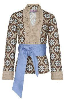 Blusa flores de algodón con volantes en pecho y fajín a juego. Cierre de cremallera lateral. Montepicaza.