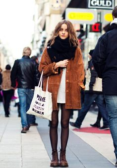 Autumn street style. Love that coat! #autumn #coat #streetstyle