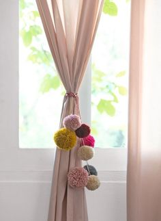 Touch of wool: 5 decorating ideas using pompoms - Projects, DIY & How-To's - Mooring. Another feature to decorate the house at a party and keep the curtain drawn: pompoms in cl - Decor Crafts, Diy Room Decor, Diy And Crafts, Arts And Crafts, Home Decor, Yarn Crafts, Curtain Tie Backs Diy, Diys, Decoration