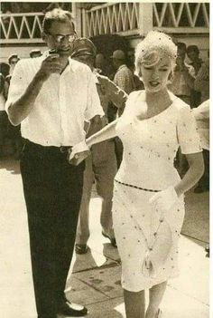 """Arthur Miller & Marilyn Monroe on the set of """"Some Like It Hot"""" 1959 Estilo Marilyn Monroe, Marilyn Monroe Photos, Imperfection Is Beauty, Joe Dimaggio, Some Like It Hot, Hilario, The Most Beautiful Girl, Beautiful Pictures, Norma Jeane"""