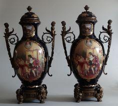 Par de ânforas de porcelana chinesa, réplica sa porcelana Sévres, esmaltagem azul noturno com decora