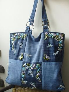 very nice denim bag - recycle jeans Denim Handbag Tote bag with r Sacs Tote Bags, Denim Tote Bags, Denim Purse, Patchwork Bags, Quilted Bag, Bag Quilt, Blue Jean Purses, Fabric Bags, Handmade Bags