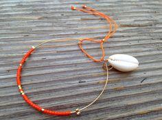 Bracelet jonc fin doré perles miyuki orange et plaqué or et coquillage
