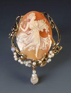Opal, pearl, cameo and 14 karat gold brooch. Cameo Jewelry, Bling Jewelry, Jewelry Box, Jewelry Accessories, Jewelry Design, Jewlery, Silver Jewelry, Jewelry Stores, Silver Rings