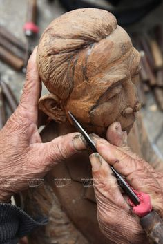 The wood sculpting village in Vietnam - News VietNamNet Wood Sculpture, Sculptures, Handmade Products, Vietnam War, Hand Carved, Sculpting, Carving, News, Sculpture