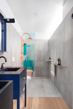 Concrete bathrooms with colour-changing shower screens feature in this renovated apartment inside Moshe Safdie's brutalist Habitat 67 in Montreal, Canada. Compact Bathroom, Modern Bathroom, Small Bathroom, Bathroom Tubs, Decor Interior Design, Interior Decorating, Interior Ideas, Open Showers, Light Hardwood Floors