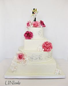 H24.  Ruusuinen hääkakku.  Rose wedding cake