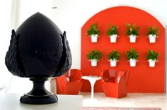 Rosso fuoco e calore in masseria: meritato relax attorno al calore del camino in una delle sale della masseria, hotel 4 stelle e luogo ideale per eventi e ricevimenti in Puglia
