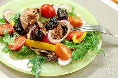Легкий салат с индейкой и черносливом