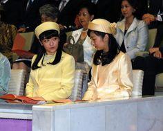 秋篠宮眞子内親王(あきしののみやまこないしんのう)殿下(L:姉宮), 秋篠宮佳子内親王(あきしののみやかこないしんのう)殿下(R:妹宮)  Members of the Imperial Family of Japan were out in force today to attend an annual Spring-time concert in the Music Hall of the Imperial Palace to watch graduates from five music colleges play 少ぅし御色が違うのですネ…(´ω`* )