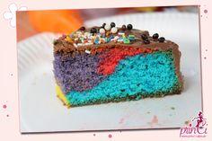 Bunter Regenbogenkuchen bzw. Papageienkuchen der ideale Kuchen für Kindergeburtstage, Kindergartenfeste, Kuchenbuffets oder für ein Picknick im Grünen.