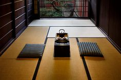 Visitors enter into the den, a simple, narrow tatami room filled with soft light filtering through a delicate, wood-slat window. Wall Street Journal, Japanese Spa, Japanese Living Rooms, Washitsu, Tatami Room, Japanese Style House, Japanese Interior, Japanese Furniture, Japanese Lifestyle