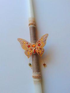 Πασχαλινή χειροποίητη λαμπάδα διακοσμημένη με πεταλούδα.