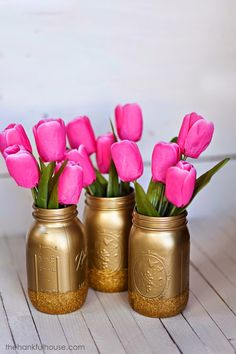 DIY: spray paint mason jars painted mason jars look awesome! Spray Paint Mason Jars, Painted Mason Jars, Mason Jar Crafts, Mason Jar Diy, Craft Projects, Projects To Try, Diy And Crafts, Arts And Crafts, Bottle Centerpieces