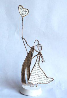 Mariés en découpe de papier collée sous du kraft armé. On peut s'en servir comme wedding cake topper - création Epistyle