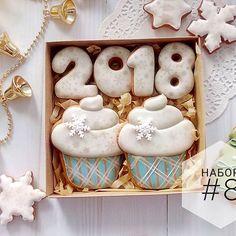 Набор #8 , с кексиками  В прошлом году меня спрашивали, что есть в ассортименте такого, что можно подарить любимой/любимому, жене/мужу на Новый год. Думаю, такими пряничками можно насладиться вдвоём в уютный новогодний вечер с чашечкой кофе или чая☕ ________________ Размер: 15*15 см Цена: 100 грн Упаковка: коробка с прозрачным окошком, лента, бирочка ________________ Весь новогодний ассортимент #cookies4you_ua_нг2018 ________________ #пряникиназаказукраина #пряникиназаказниколаев #п...