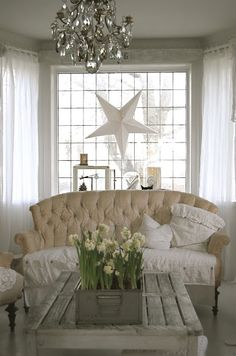 Shabby chic living room with paperwhites I am diggin the star hanging in the window Shabby Style, Shabby Chic Homes, Shabby Chic Decor, Living Room Sofa, Living Spaces, Painted Sofa, Home Interior, Interior Design, Casas Shabby Chic