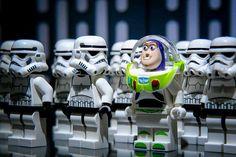 LEGO Buzz Lightyear and Stormtrooper mini figure lot Buzz Lightyear Star Wars LEGO Star Wars Toy Story Lego Star Wars, Simbolos Star Wars, Theme Star Wars, Star Wars Humor, Lego Stormtrooper, Lego Toy Story, Photo Lego, Deco Lego, Jouet Star Wars