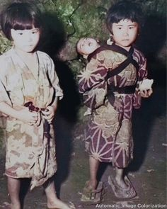 沖縄戦にて。赤ちゃんをおんぶする少女。 Nagasaki, Hiroshima, Old Photographs, Kendo, Okinawa, World History, Wwii, Japanese, Illustration