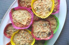 Ingrediënten (10-12 muffins):  - 1 3/4 cup havermout  - 1 cup wortelrasp  - 2-3 tl bakpoeder  - 3 tl kaneel en/of koekkruiden  - snufje zout  - 1 cup plantaardige melk, wij gebruikte ongezoete amandelmelk  - 1/4 cup rozijnen  - 1/4 cup kokos  - 1/4 cup agavesiroop  - 12 muffinvormpjes  Bereiding:  Verwarm de oven op 180 graden. Maal de havermout klein met een keukenmachine totdat het meel gew
