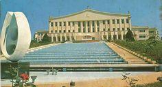 Década de 1960 - Palácio dos Bandeirantes no bairro do Morumbi. A cascata e as escadas que a ladeiam não existem mais. A escultura é de Bruno Giorgi.
