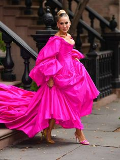 Sarah Jessica Parker is giving us major Carrie Bradshaw vibes in this outfit Sarah Jessica Parker, Carrie Bradshaw, Zac Posen, New York Fashion, Vogue Fashion, Style Fashion, Karen Elson, The Dress, Pink Dress