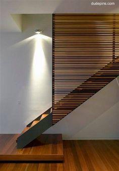 Escalera de madera con pantalla de madera