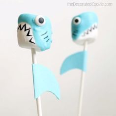 Shark marshmallow pops are a fun food idea for Shark Week, and a great summer party food idea. Marshmallows, candy melts, and food coloring pens. 7th Birthday Party Ideas, 5th Birthday, Shark Cake Pops, Sea Turtle Cupcakes, Fish Lanterns, Shark Cookies, Mermaid Nail Art, Marshmallow Pops, Shark Party