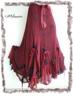 Longue jupe rouge bordeaux et noire style gothique/bohème en soie froissée.