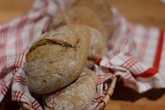 Dieses schmackhafte Kleinbrot hat viele Namen – alle in liebevoller Anlehnung an den Herkunftsort des Brotes, dasSüdtiroler Vinschgau. Würzig, saftig, lange haltbar – diese kleine Köstlichkeit, wir nennen sie Vinschgerl, hat viele Pluspunkte. Also mussten sie auch in unser Brotkörbchen. Da ich Rezepte eher als grobe Richtlinie ansehe und einfach oft so mache wie ich ... [weiterlesen...]