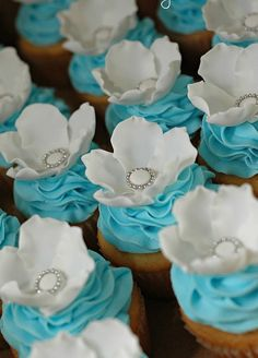 Beautiful wedding cupcakes  Keywords: #weddings #jevelweddingplanning Follow Us: www.jevelweddingplanning.com  www.facebook.com/jevelweddingplanning/