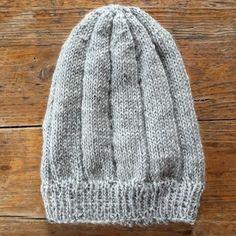 Herrelue. Grå merinoull. Ungdom/herrelue. Fra første klompelompe bok.  Fin passform på hodet Knitted Hats, Knitting, Fashion, Moda, Tricot, Fashion Styles, Breien, Stricken, Weaving