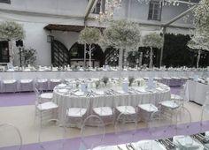 Ovaler Brauttisch #Hochzeit #Blumenschmuck #Blumen_Moser_Villach Table Decorations, Furniture, Home Decor, Villach, Flower Decorations, Outdoor Camping, Wedding, Decoration Home, Room Decor