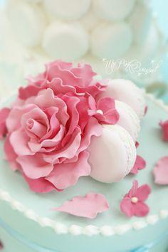 ブルーベースのケーキに、ピンクのバラとマカロン、小花でデコレーション。マリーアントワネットがテーマのイベントレッスンの作品