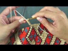 คลิปการถักเป้ Wayuu 7 - Rebel Without Applause Tapestry Crochet Patterns, Floral Embroidery Patterns, Crochet Motifs, Crochet Stitches Patterns, Crochet Designs, Crochet Handbags, Crochet Purses, Diy Crafts Crochet, Crochet Projects
