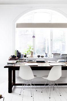 Heel veel licht maakt de ruimte fijn om te werken. Deze twee witte Eames stoeltjes met chrome onderstel maken het helemaal af! | www.gewoonstijl.nl