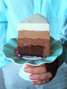 Уже давно надо было рассказать про этот торт! Делала я его уже очень много раз... Но вот как-то с фото все не складывалось... Да и сейчас фотография сделана на ходу, да и художественной ценности не несет никакой... Но так она мне нравится!!! Последний кусочек именинного торта в руках моего дорогого…