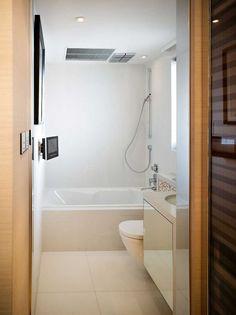 petite salle de bains avec une douche et baignoire blanche