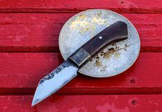 Ginko MISHIMA , Petit droit avec une lame en sandwich secret,de 4mm d'épaisseur, de 90 mm de de longueur et 80mm de tranchant lazer.Un manche en Cormier et une virole en laiton travaillé. Longueur totale de 190 mm.