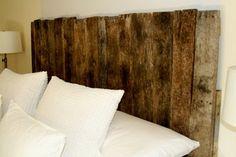 Göra med mamma och pappas trä däck?? Se mer från http://www.interiorguiden.se/2011/05/sanggavlar-av-gammalt-slitet-tra.html  http://www.hgtv.com/bedrooms/rustic-yet-chic-wood-headboard/index.html