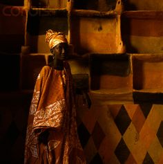 M I M I P L A N G E A F R I C A N Architecture 'Soninke Woman' Khoumba Camara stands before painted, mud, shelving which she has made and decorated herself. African Life, African Culture, African Art, Out Of Africa, West Africa, Africa Craft, African Interior, Vernacular Architecture, Tribal Fashion