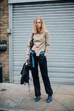 Street style à la Fashion Week printemps-été 2017 de Londres long bob blond lob…